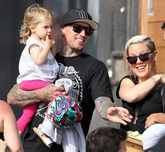 S manželem a dcerou je Pink nejspokojenější.