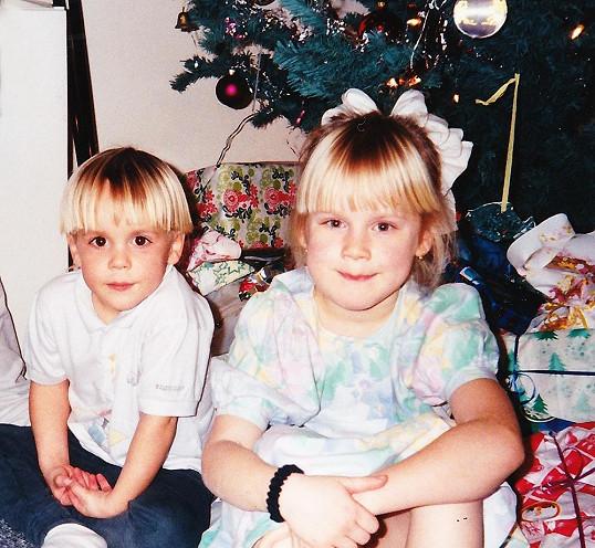 O rok později u vánočního stromečku se sestrou