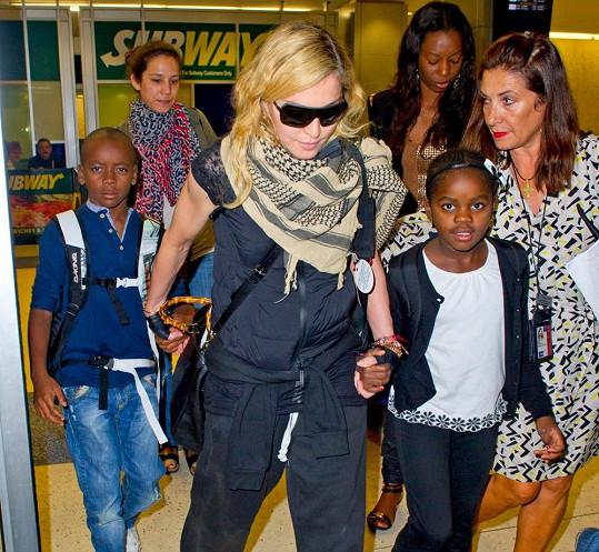 Madonna s dětmi na letišti v New Yorku
