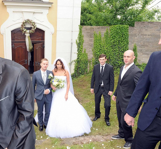 Agáta Prachařová a Jakub Prachař vychází z kostela.