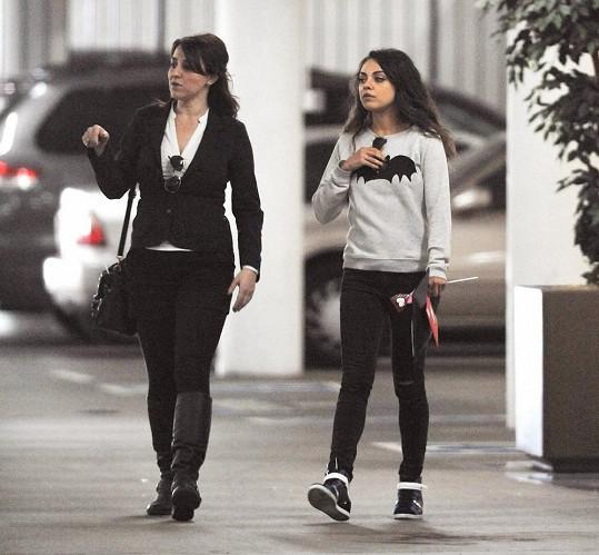 Mila Kunis s lízátkem a v dětské mikině.