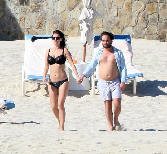 Johnny Galecki a jeho přítelkyně Kelli Garner v Mexiku