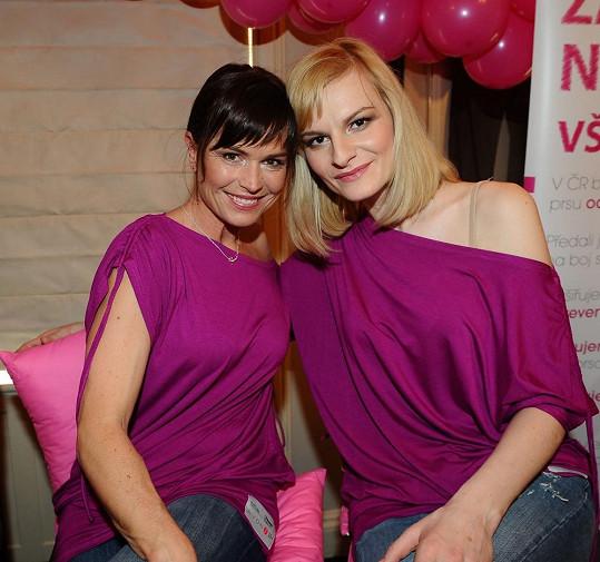 Olga Šípková a Iva Pazderková v tričkách utkaných ze stoprocentní naděje.