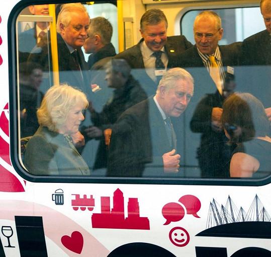 Britský princ s manželkou v novém typu vagónu S-Stock.