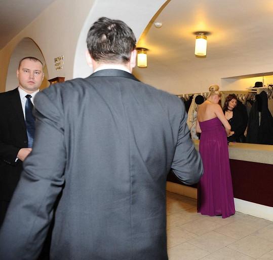Ornella nakonec musela odejít předčasně domů, protože jí bylo naznačeno, že není na plese žádoucí.