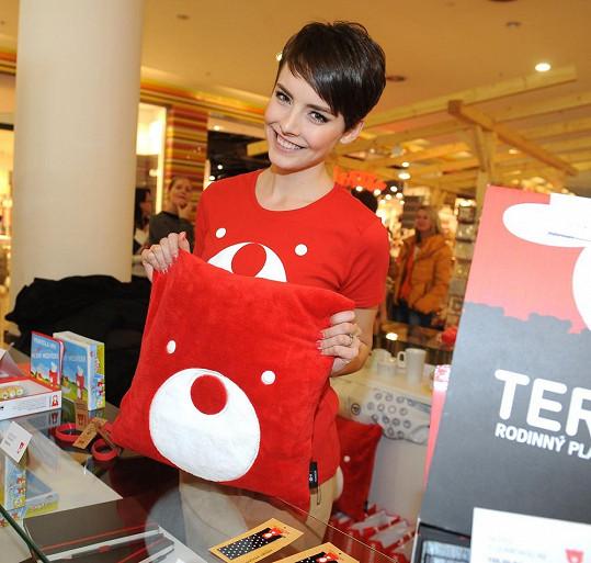 Ruku k dílu při prodeji produktů Teribear pro Nadaci Terezy Maxové přidala i Gábina Kratochvílová.