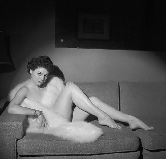 Nejodvážnější fotka mladičké Anne Bancroft jen v kožešinové štole.