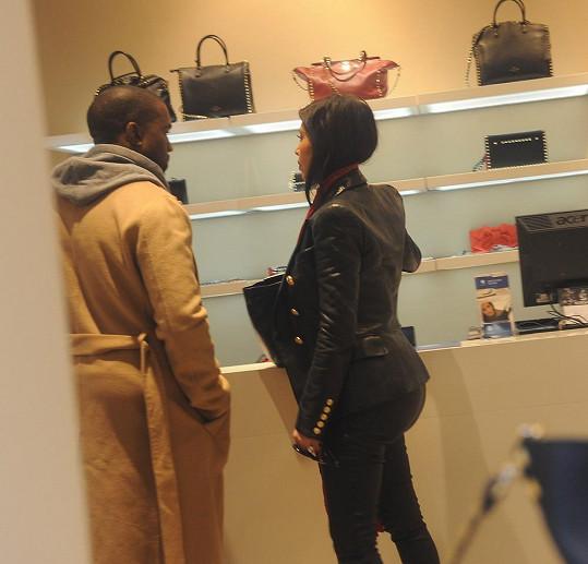 Kim je závislá na nakupování.