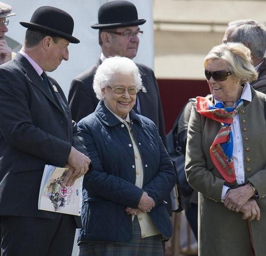 Královna Alžběta II. se přišla podívat na svého koně.