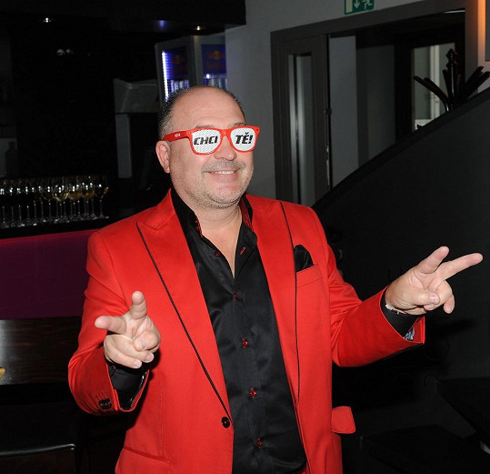 Ten doplňovaly červené knoflíčky na košili a pak i brýle, které se na párty rozdávaly.