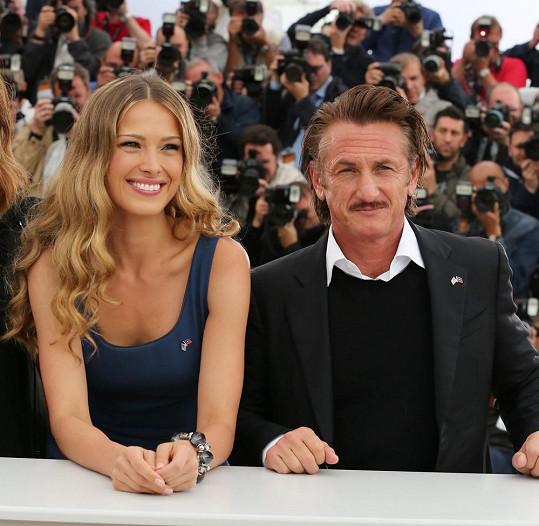 Petra Němcová se Seanem Pennem na festivalu v Cannes (2012)