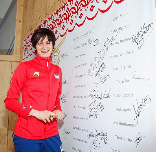 A svůj podpis připojila na slavnostní zeď i mezi další slavné sportovce.