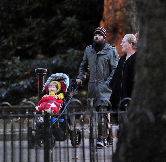 Rodinka si zašla v Londýně na procházku.