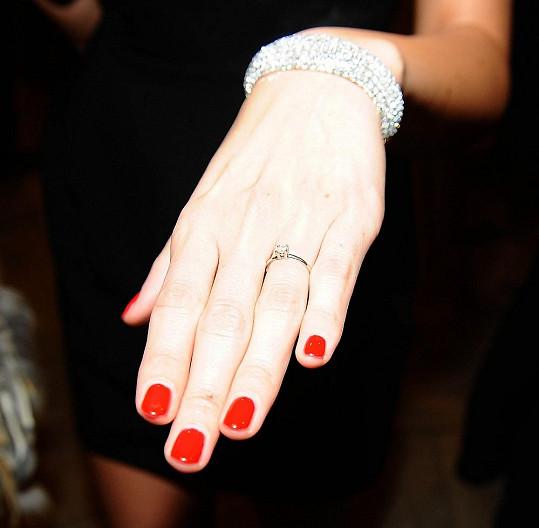 Zpěvačka nám ukázala zásnubní prsten.