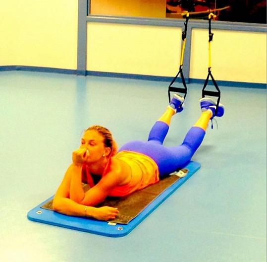 Modelka se cvičení věnuje pravidelně.