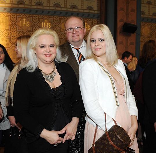 Monika Štiková je momentálně rozhádaná se svou dcerou Ornellou, která se odstěhovala ke svému milenci Josefu Koktovi.