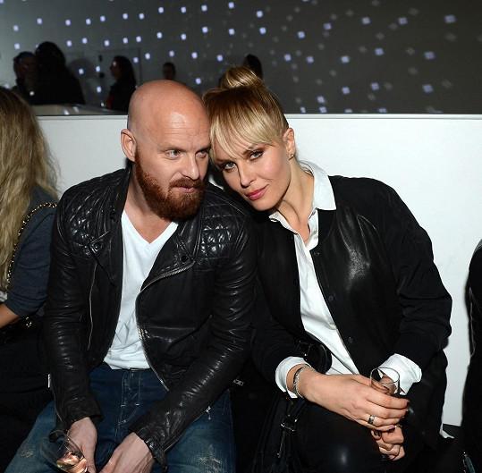 Simona Krainová s manželem v první řadě. Odstín příčesu a struktura zcela korespondují s modelčinými vlasy.