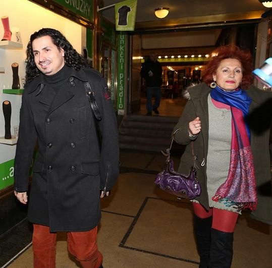 VyVolený Vladko Dobrovodský doprovodil svou maminku do kina.