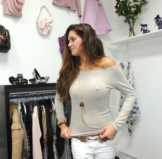 Petra věnovala do smíchovského VIP second handu svoje oblečení a kabelky.