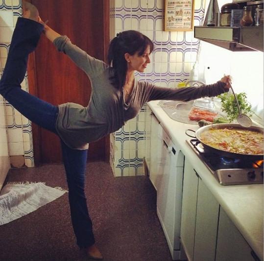 Hilaria je dokonalá i v kuchyni.