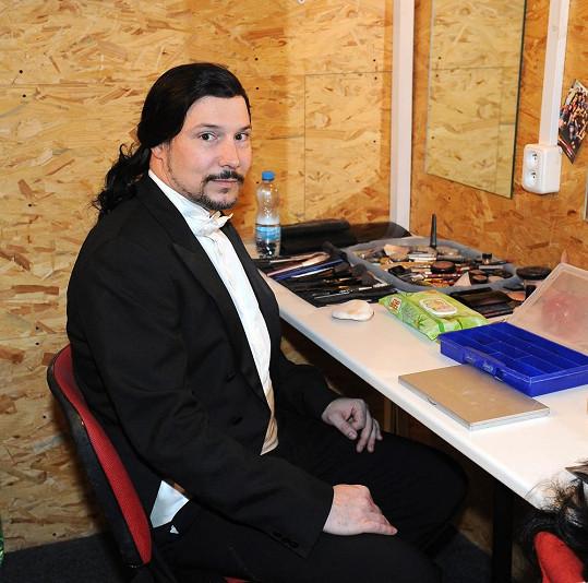 Už v obleku zkoušel paruku, kterou bude nosit v roli Raoula.