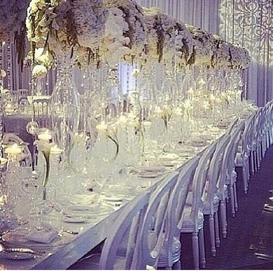 Mramorový stůl na svatební hostinu byl jedním z darů.