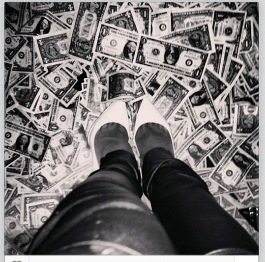 Ta si váží peněz: RiRi šlape po bankovkách.