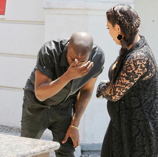 Kanye West nedával pozor a narazil hlavou do značky.