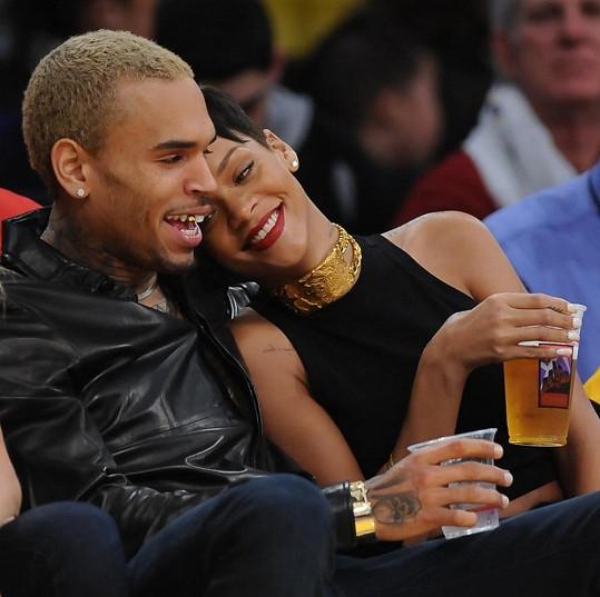 Jako dvě hrdličky: Rihanna a Chris na basketbalu.