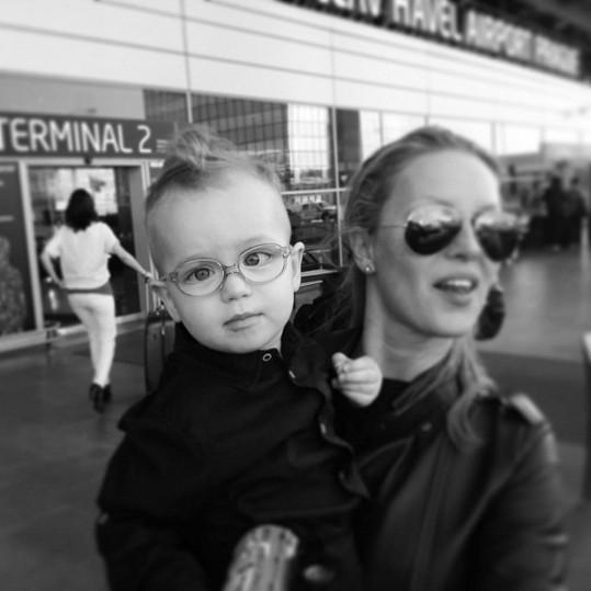 Simona se vítá se svým mladším synem Brunem po příletu do Prahy.