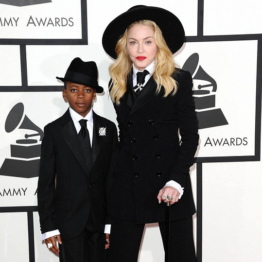 Mnohem lepší pohled byl na Madonnu, když se k ní přidal syn David Banda.