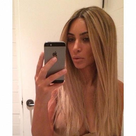 Kim se pochlubila novými vlasy i ňadrem.
