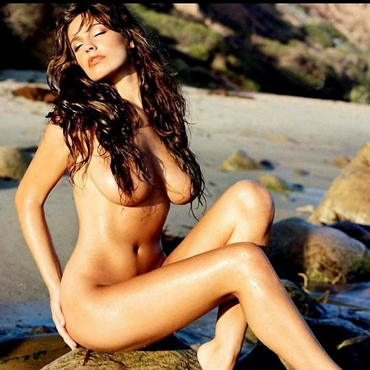 Kelly Brook se odhalila na pláži