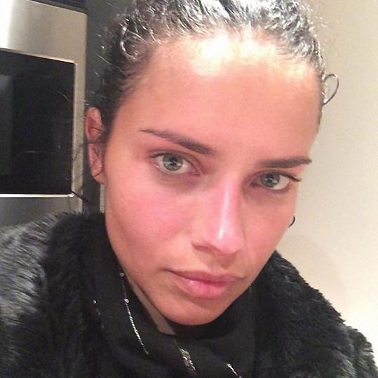 Adriana Lima vypadá neučesaná a bez make-upu úplně jinak, než si ji fanoušci představují.
