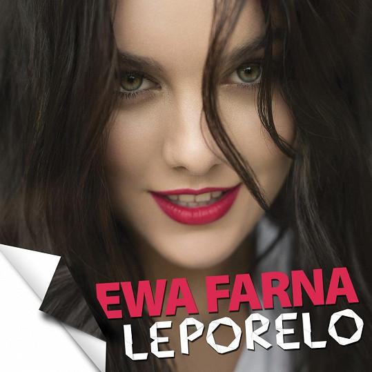 V novém lyric videu se objevuje jen od krku nahoru. Ušetřila tak jistě za stylistu.
