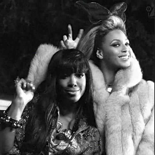 Beyoncé popřála kamarádce Kelly Rowland k narozeninám i tímto snímkem, který poslala na Twitter.