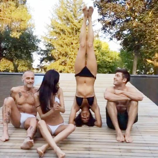 Zac na svou novou lásku obdivně zírá při cvičení jógy.