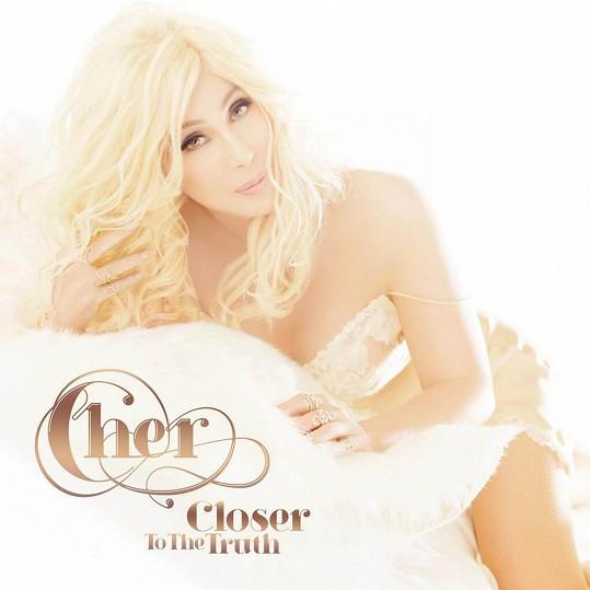 Cher vypadá na přebalu nové desky stěží na čtyřicet.