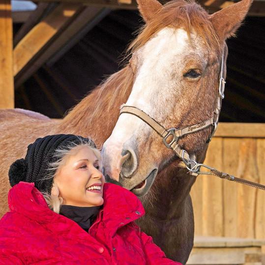 Marika má i svoji fyzioterapeutku, která jejího koně připravuje, aby byl Marice oporou nejen po psychické, ale i po fyzické stránce.