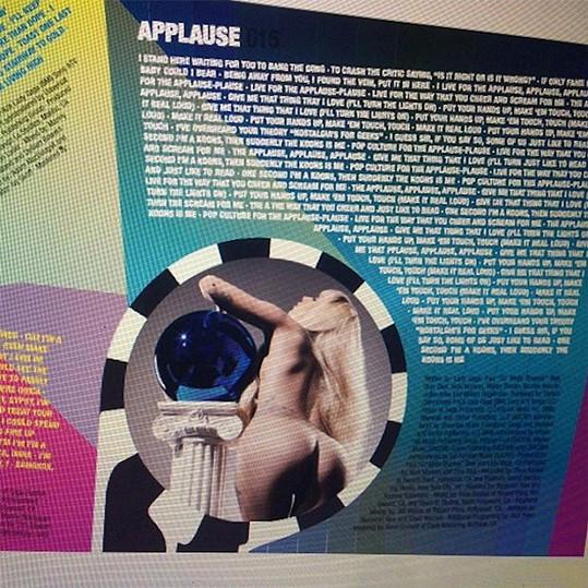 Lady Gaga uvnitř přebalu svého alba Artpop.
