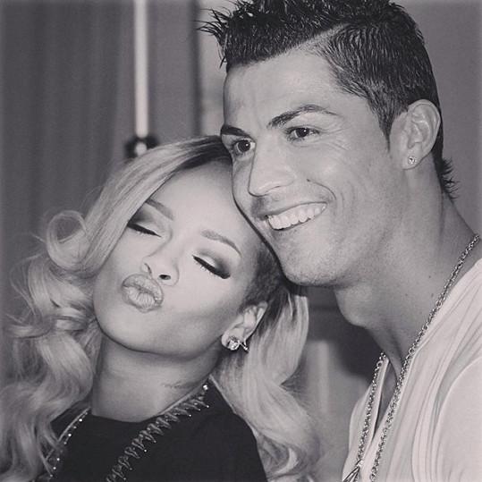 Slavný fotbalista byl z fotek s RiRi nadšený.