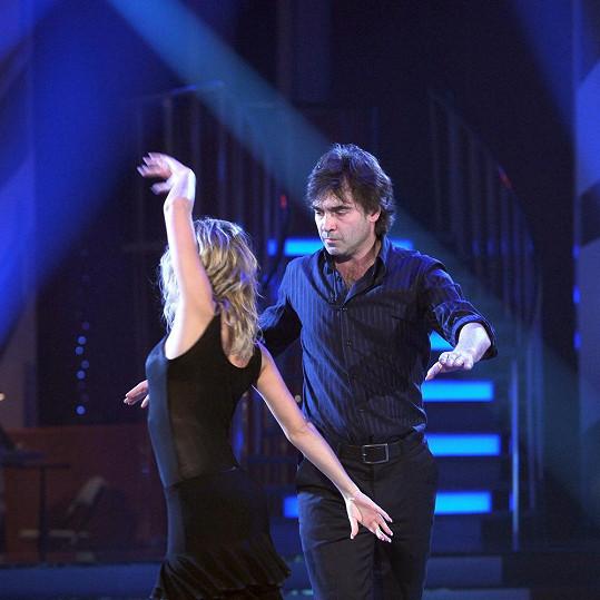 Pavel Řezníček tančí s něžnou Lucií Hunčárovou.