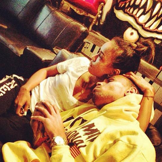 Chris Brown během láskyplného momentu s modelkou Karrueche Tran