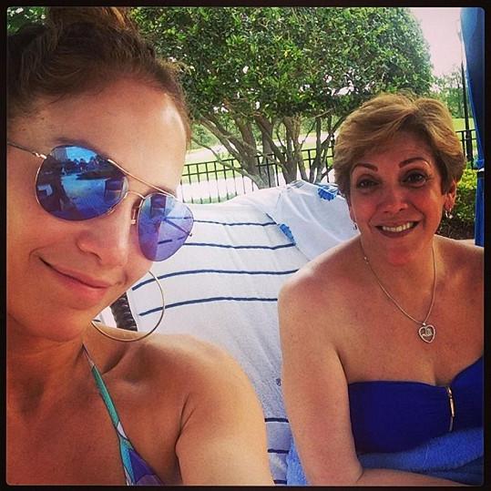 Zpěvačka trávila víkend s přáteli a maminkou.