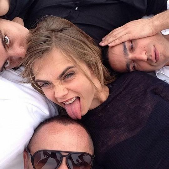 Modelčina selfie s přáteli