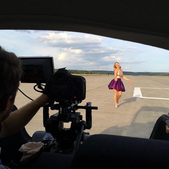 Natáčení na letištní ploše