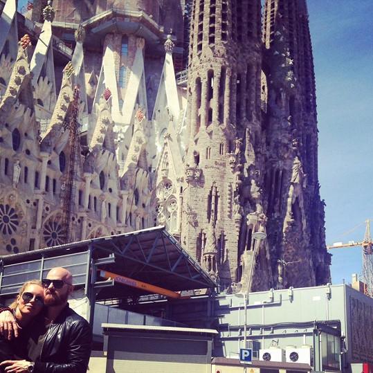 Simona a Karel před katedrálou Sagrada Família