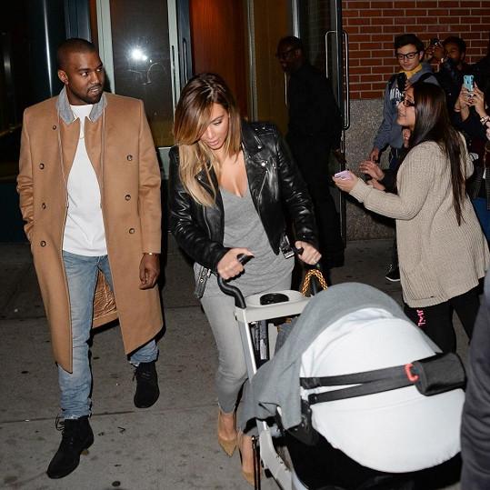 Rodiče Kanye West s Kim Kardashian a North v kočárku