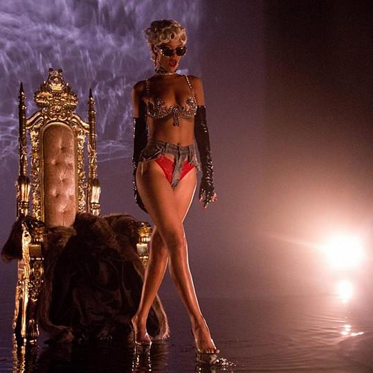 Rihanna v klipu Pour It Up