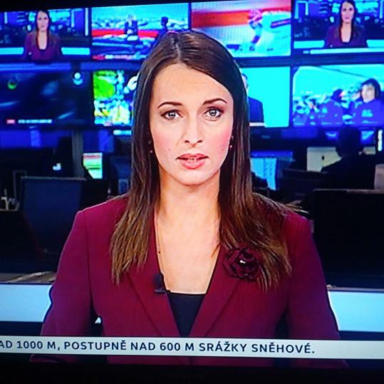 Jana Peroutková moderuje zprávy na ČT 24.